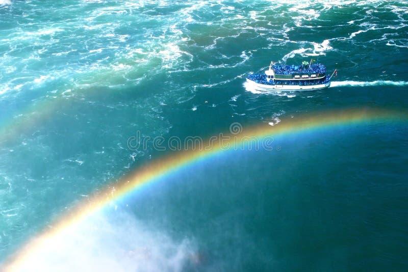 Barco sobre os arcos-íris em Niagara Falls em Toronto Canadá imagens de stock