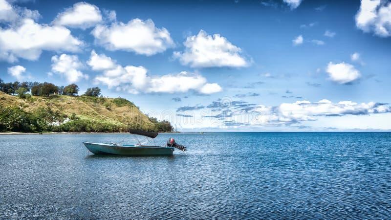 Barco solitário na baía de Umatac, Guam fotografia de stock