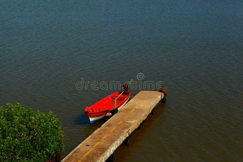 Barco solo fotografía de archivo
