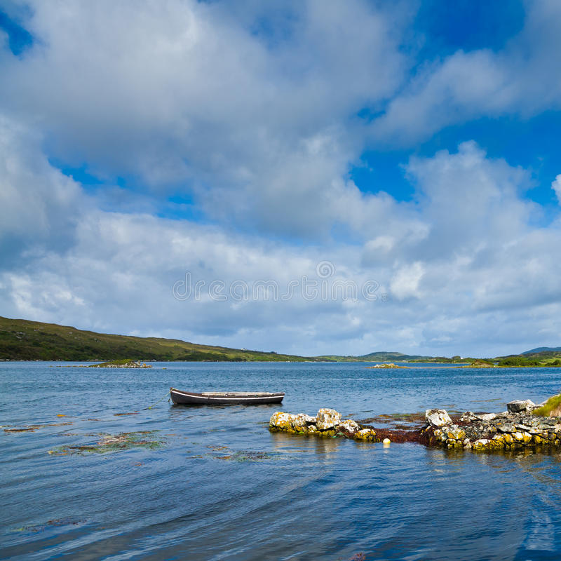 Barco solo en la bahía de Ardmore foto de archivo
