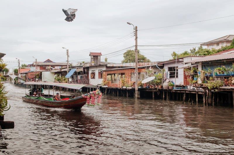 Barco tailandés de la cola larga con las guirnaldas en el canal Klong, famo de Banhkok imagen de archivo