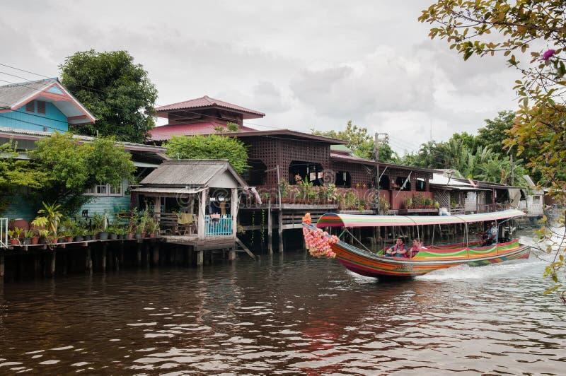 Barco tailandés de la cola larga con las guirnaldas en el canal Klong, famo de Banhkok fotografía de archivo libre de regalías