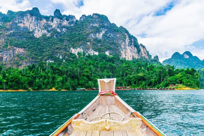 Barco tailandés de madera en la presa de Ratchaprapha en Khao Sok National Park imagenes de archivo