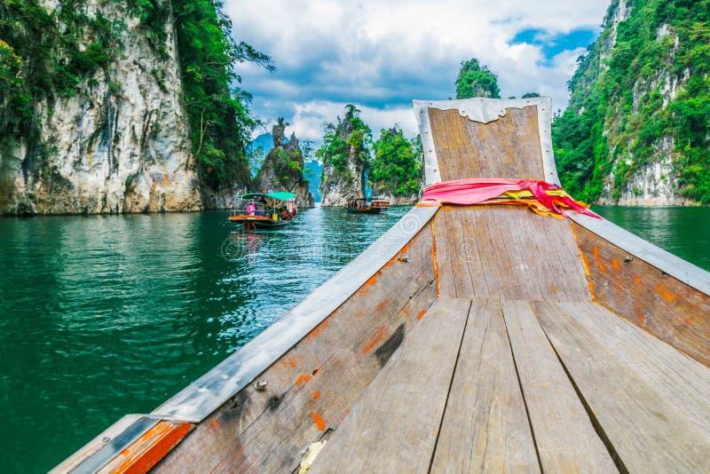 Barco tailandés de madera en la presa de Ratchaprapha en Khao Sok National Park fotografía de archivo