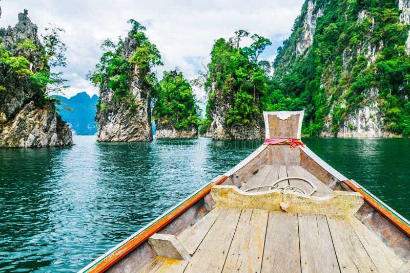 Barco tailandés de madera en la presa de Ratchaprapha en Khao Sok National Park imagen de archivo libre de regalías
