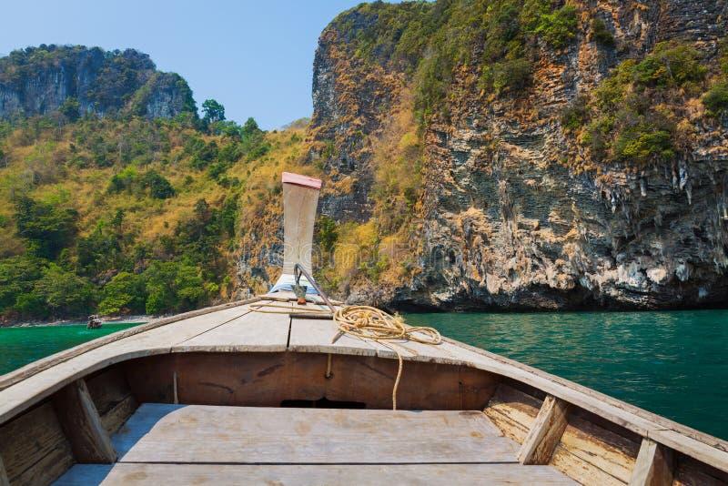 Barco tailandês da cauda longa em um mar foto de stock