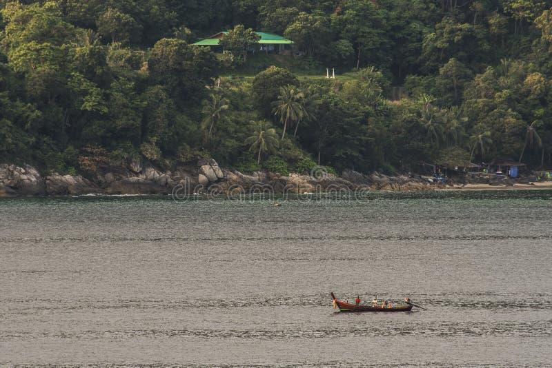 Barco tailandês típico na frente de uma ilha na baía de Phang Nga phuket Tailândia fotografia de stock