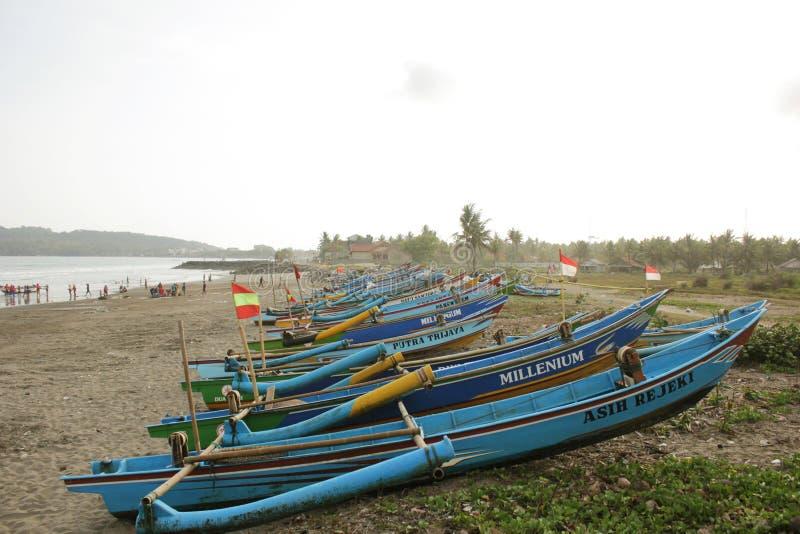 Barco tradicional alinhado bem imagem de stock