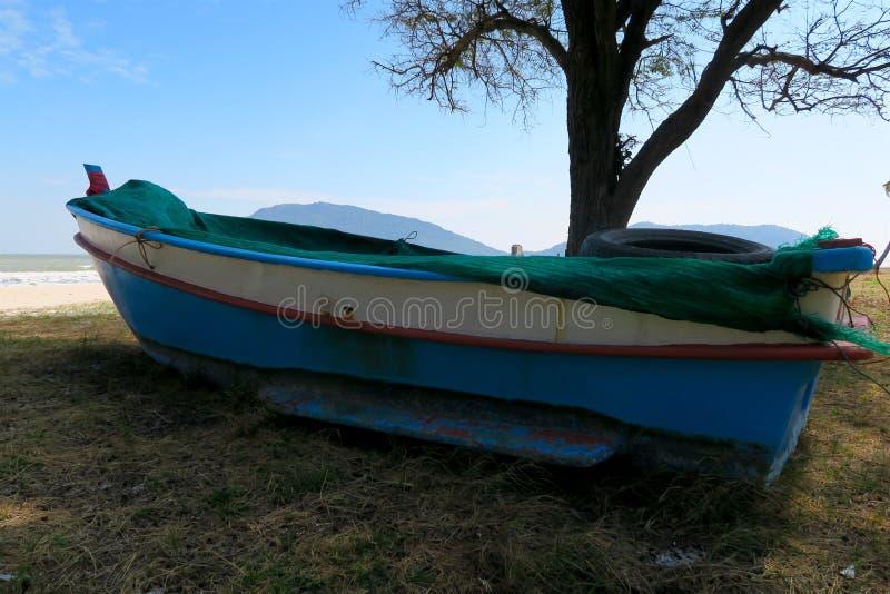 Barco tradicional colorido pequeno dos fishermen's na praia fotografia de stock