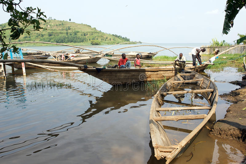 Barco tradicional de Kivu do lago do pescador em Gisenyi fotos de stock