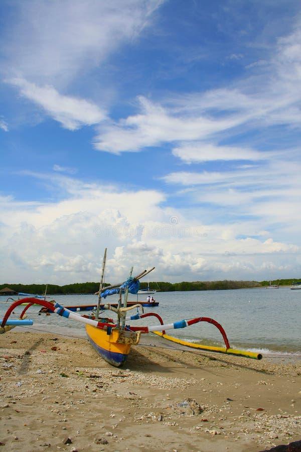 Barco tradicional de los pescados en la orilla en Serangan #1 foto de archivo