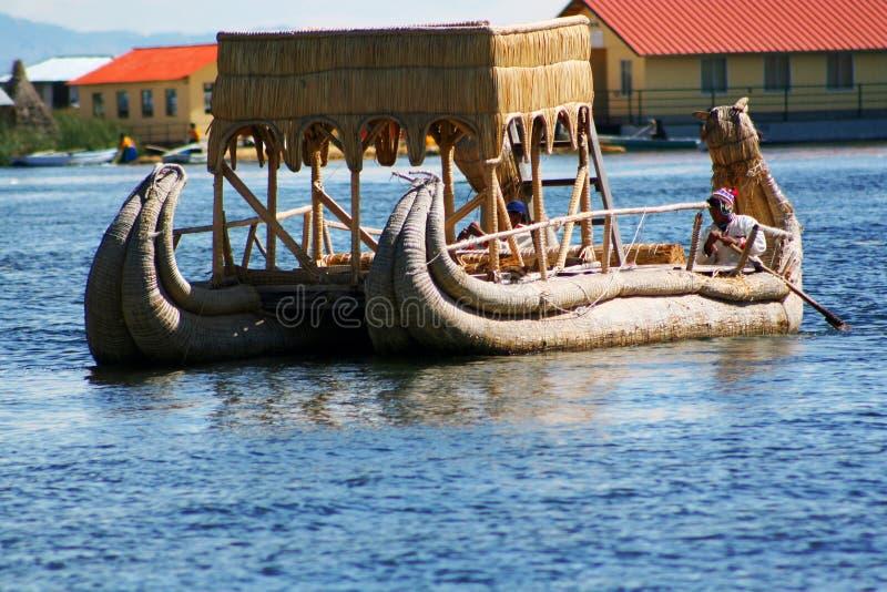 Barco tradicional de los uros, en la isla de los uros, Puno, Peru Peruvian los Andes fotos de archivo