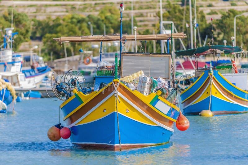 Barco tradicional de Luzzu no porto de Marsaxlokk em Malta. fotos de stock
