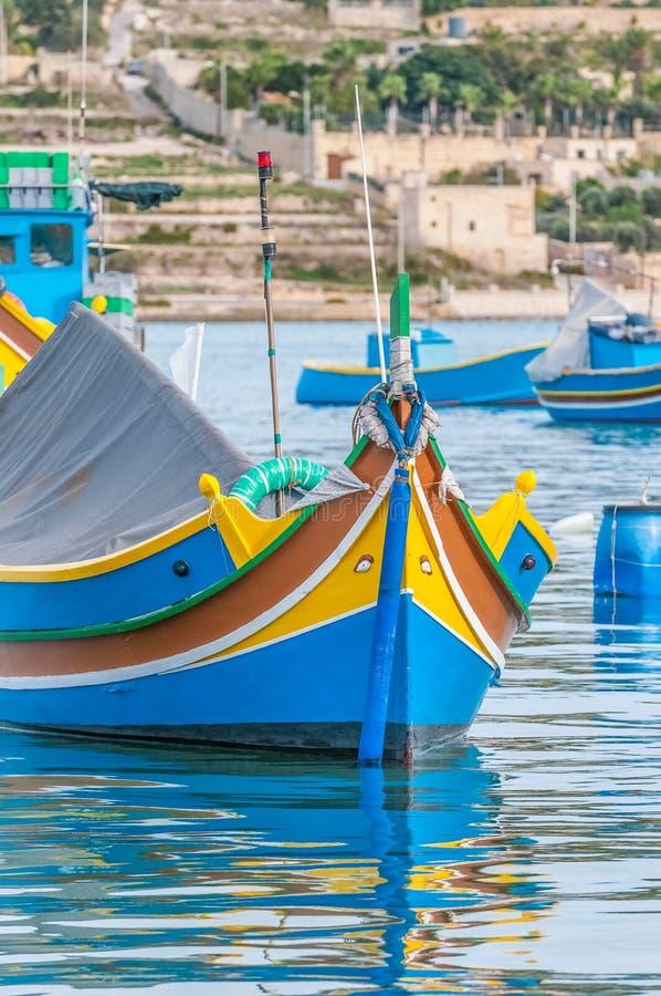 Barco tradicional de Luzzu no porto de Marsaxlokk em Malta fotos de stock