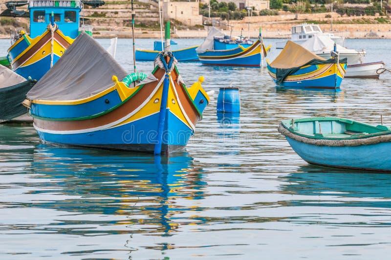 Barco tradicional de Luzzu no porto de Marsaxlokk em Malta imagem de stock