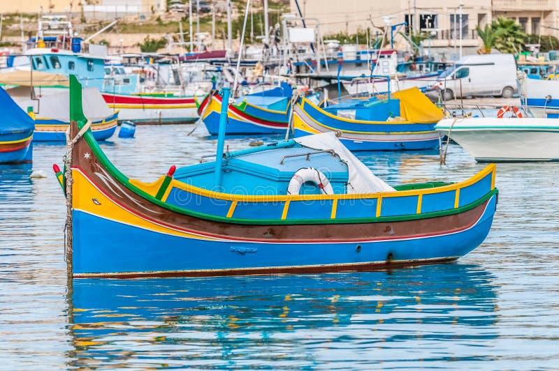 Barco tradicional de Luzzu no porto de Marsaxlokk em Malta foto de stock
