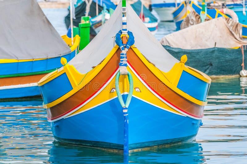 Barco tradicional de Luzzu no porto de Marsaxlokk em Malta fotos de stock royalty free