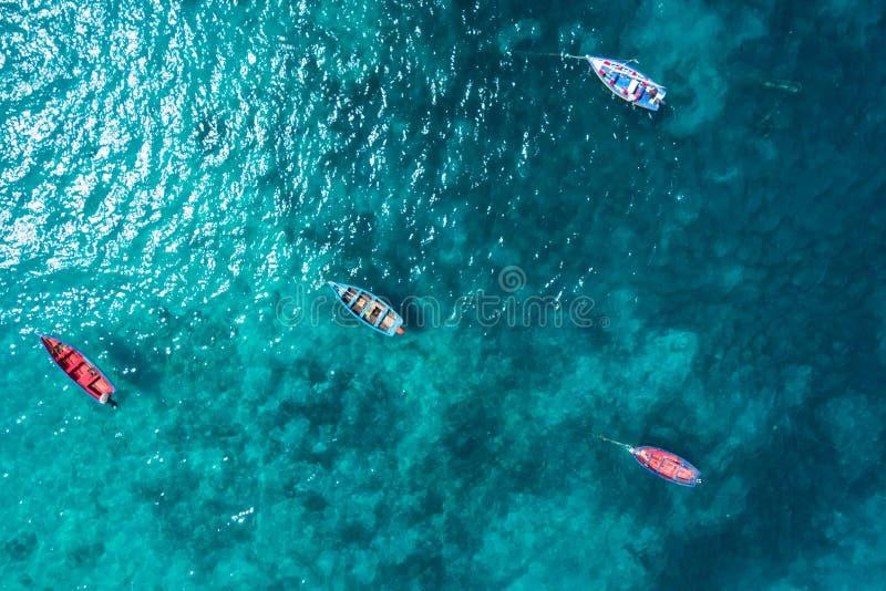 Barco tradicional del pescador de la visión aérea en Santa Maria en la sal Isla imagenes de archivo