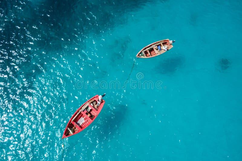 Barco tradicional del pescador en Santa Maria en la isla de la sal en el cabo VE fotos de archivo libres de regalías