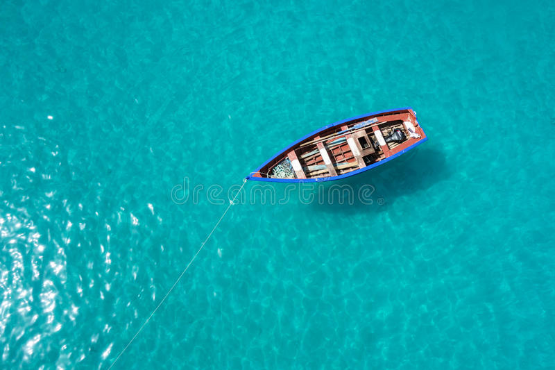 Barco tradicional del pescador en Santa Maria en la isla de la sal en el cabo VE foto de archivo libre de regalías