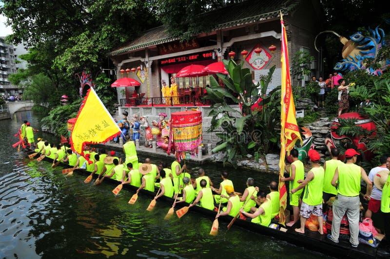 Barco tradicional do dragão em Guangzhou imagem de stock