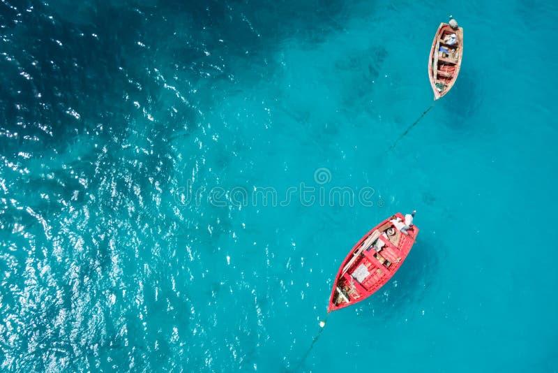 Barco tradicional do fisher em Santa Maria na ilha do Sal no cabo VE fotos de stock