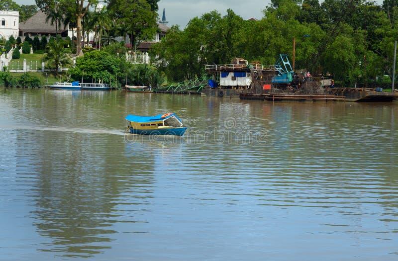 Barco tradicional en el río de Sarawak en la ciudad de Kuching imagenes de archivo