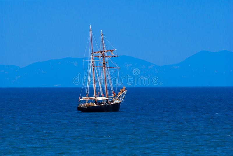 Barco tradicional en la puesta del sol en la isla de Corfú fotografía de archivo libre de regalías