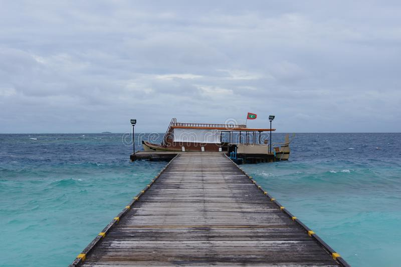 Barco tradicional en un embarcadero de madera imágenes de archivo libres de regalías