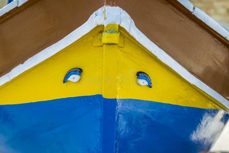 Barco tradicional maltês de Luzzu no porto de Marsaxlokk em Malta fotografia de stock royalty free
