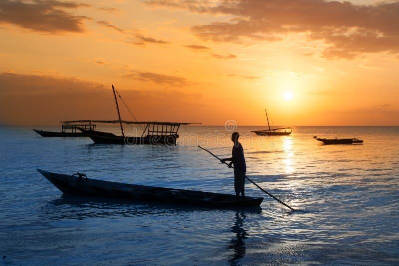 Barco tradicional na costa de Zanzibar fotos de stock royalty free