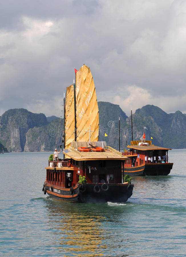 Barco turístico, bahía Vietnam de Halong fotografía de archivo