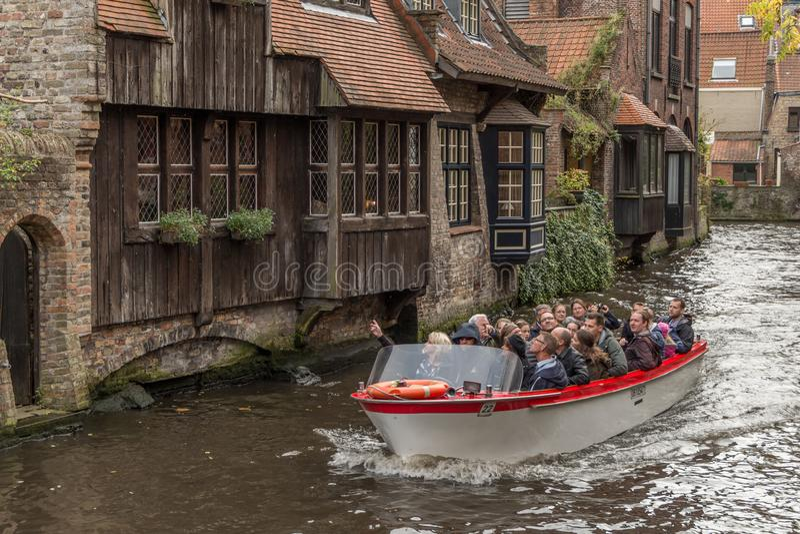 Barco turístico completamente dos turists no canal imagens de stock
