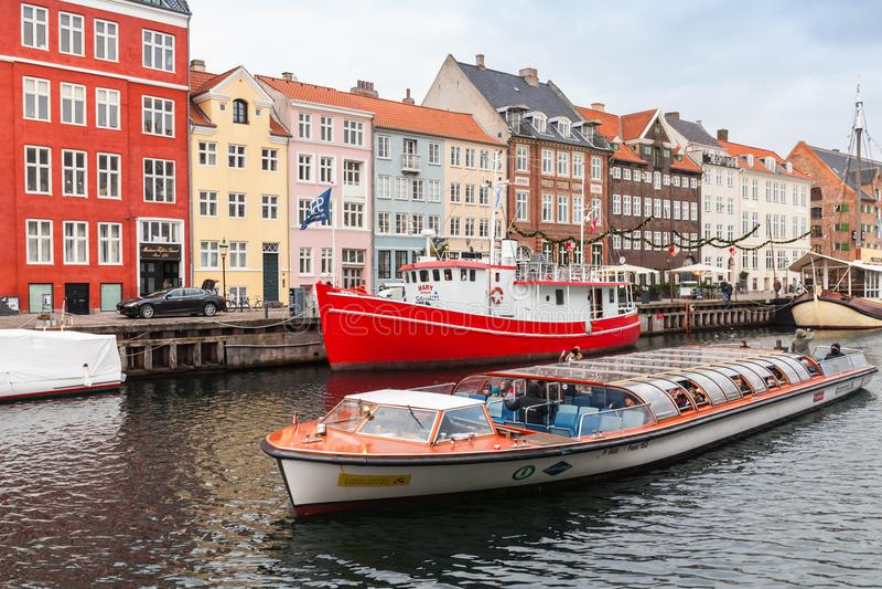 Barco turístico con los pasajeros Nyhavn fotos de archivo libres de regalías