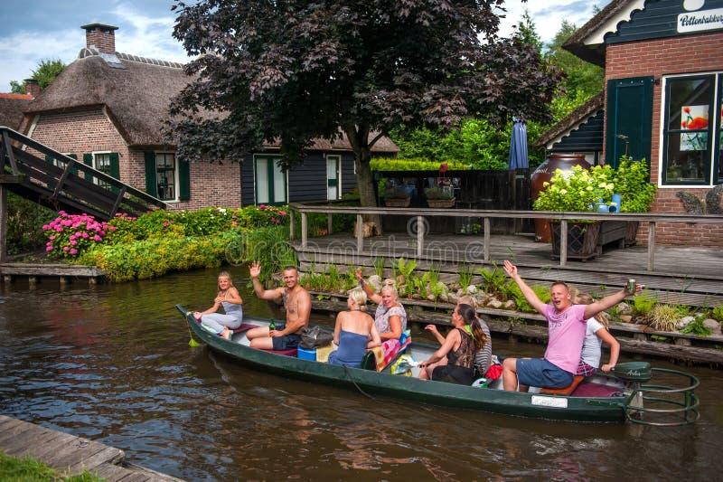 Barco turístico em Giethoorn com os turistas do joyfull na excursão imagem de stock