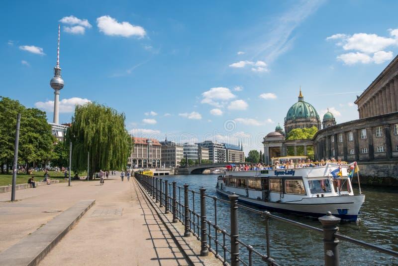 Barco turístico en la diversión del río en Monbijoupark con Berlin Cathed fotos de archivo