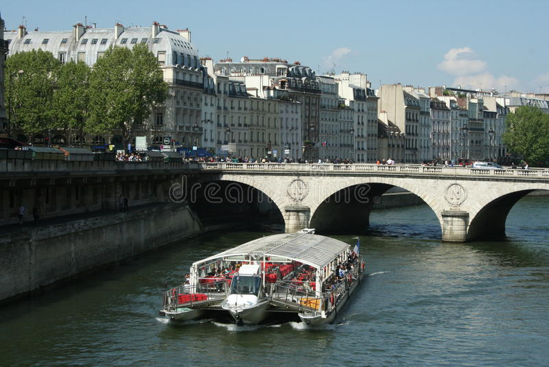 Barco turístico en París imágenes de archivo libres de regalías