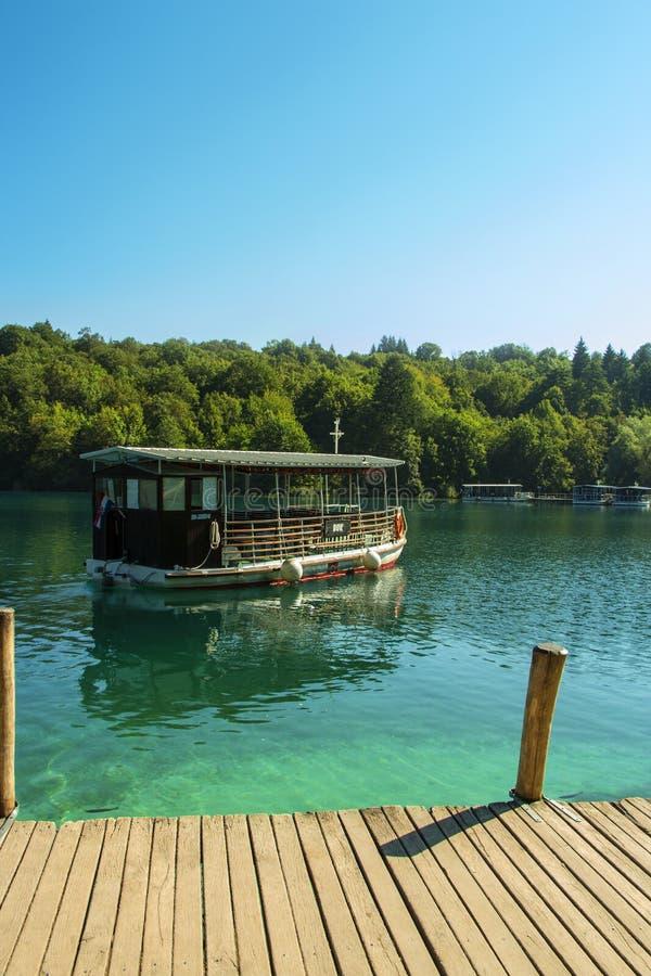 Barco turístico en Plitvice imagen de archivo