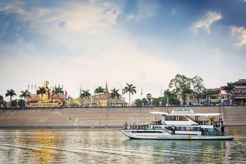 Barco turístico en travesía de la puesta del sol en el río de Phnom Penh Camboya imagenes de archivo