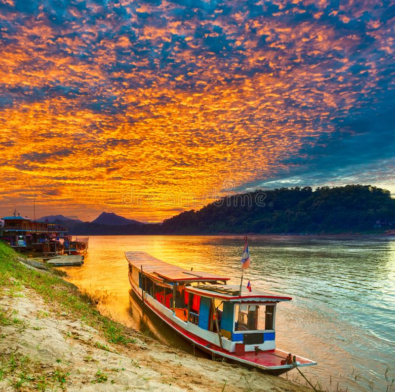 Barco turístico no por do sol Paisagem bonita Luang Prabang La imagens de stock