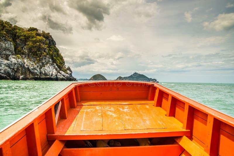 Barco um mar em Prachuab Kiri Khan imagens de stock