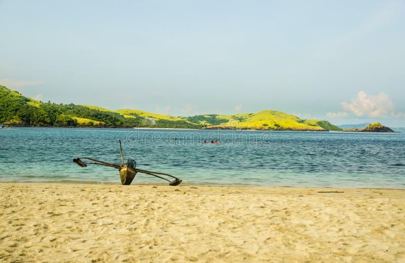 Barco vacío en playa imagen de archivo libre de regalías