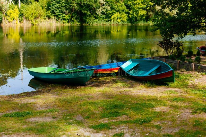 Barco velho com o remo perto do rio ou do lago bonito Por do sol calmo na natureza Barco de pesca imagem de stock