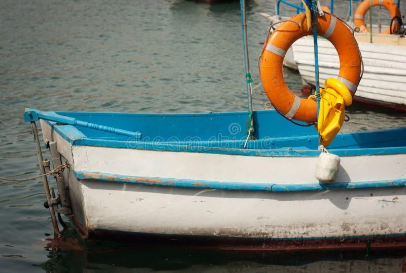 Barco velho com uma corda de salvamento fotografia de stock royalty free