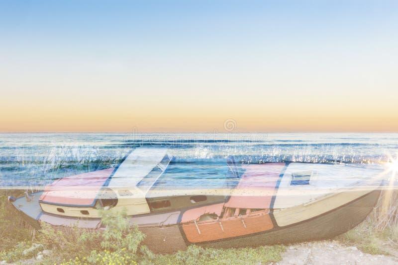 Barco velho da exposição dobro e uma praia fotos de stock royalty free