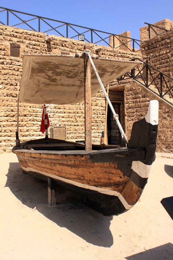 Barco velho dentro do museu de Dubai imagens de stock