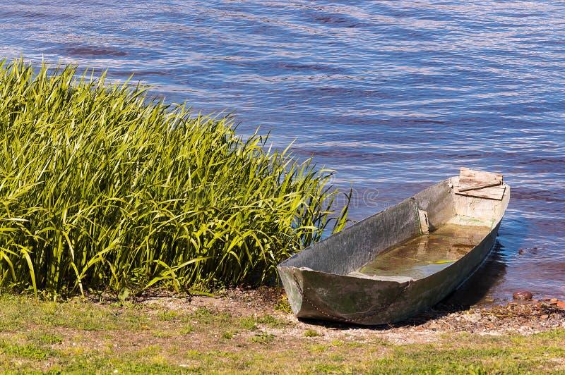 Barco velho do ferro no lago de Mantova imagens de stock royalty free