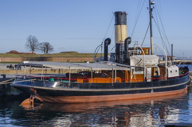 Barco velho do vapor entrado no porto imagem de stock royalty free