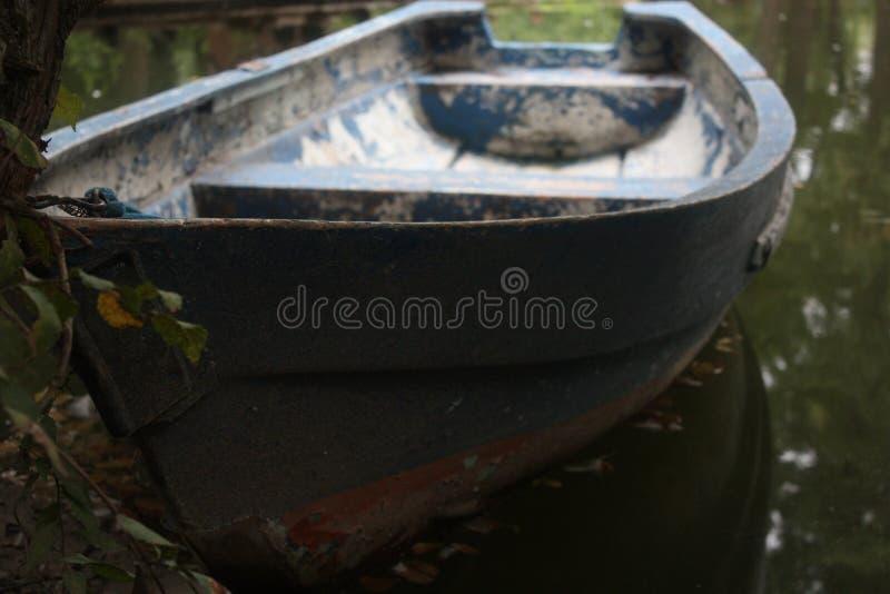 Barco velho em um lago fotografia de stock