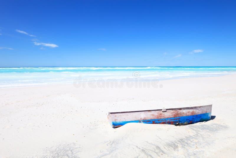 Barco velho na praia tropical branca e no céu azul imagens de stock royalty free